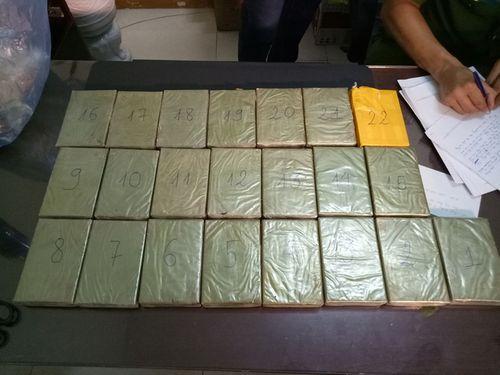 """""""Nữ quái"""" vận chuyển thuê 22 bánh heroin với tiền công 50 triệu đồng - Ảnh 1"""