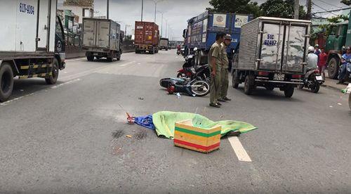 Tin tai nạn giao thông mới nhất ngày 15/8/2018: Cây cổ thụ bật gốc đè bẹp xế hộp giữa phố - Ảnh 3