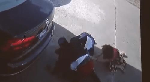 Video: Bị giật túi xách chứa 75.000 USD, người phụ nữ giằng co quyết liệt với tên cướp - Ảnh 1