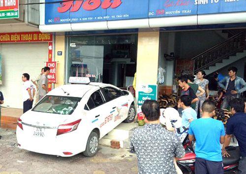 Tin tai nạn giao thông mới nhất ngày 4/8/2018: Phá cửa ôtô, cứu 3 người mắc kẹt trong xe bị lật - Ảnh 2