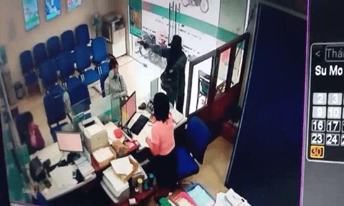 Video: Đối tượng cướp ngân hàng ở Tiền Giang rồi tẩu thoát chỉ trong 2 phút - Ảnh 1