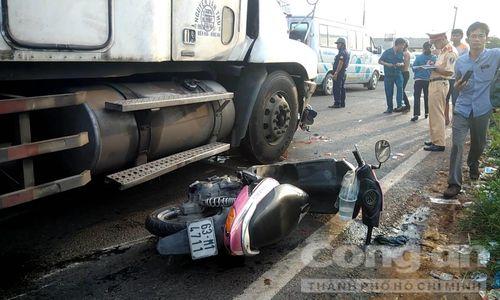 Tin tai nạn giao thông mới nhất ngày 3/9/2018: Chạy ẩu lấn làn, hai thanh niên tử vong trong đêm - Ảnh 1