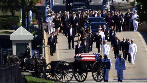 Thượng nghị sĩ John McCain an nghỉ cạnh người bạn thân - Ảnh 2