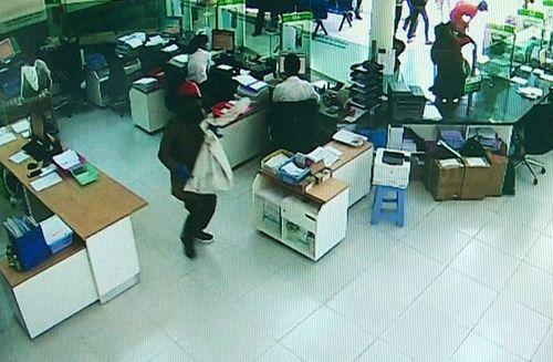 Bắt 2 nghi phạm nổ súng cướp ngân hàng, thu giữ hơn 3 tỷ đồng - Ảnh 1