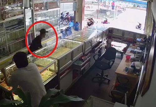 Đắk Lắk: Nghi phạm cướp tiệm vàng táo tợn bị bắt ở rẫy cà phê - Ảnh 1