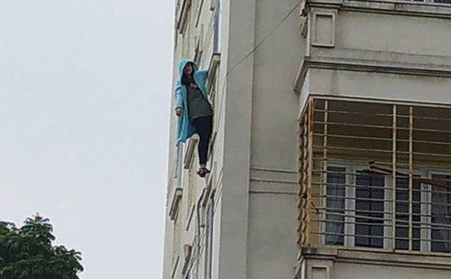 Hà Nội: Cô gái đu mình ngoài cửa sổ chung cư rồi nói vọng xuống nhờ người gọi cảnh sát - Ảnh 1
