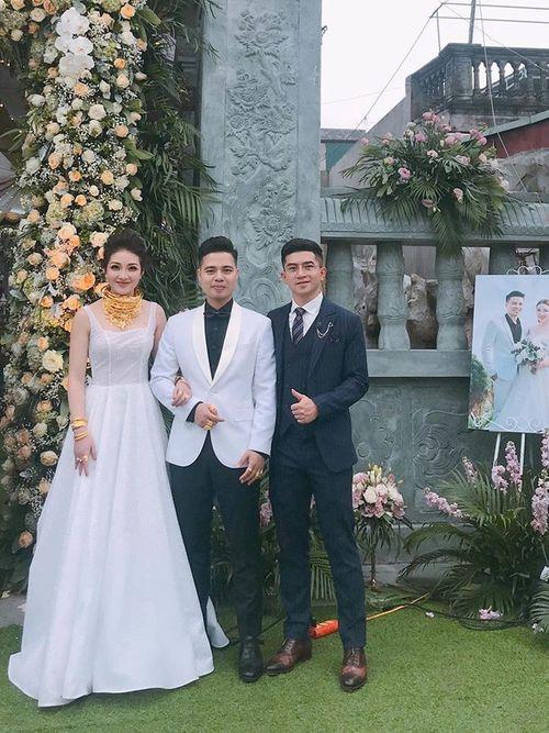 Hé lộ danh tính cô dâu đeo vàng trĩu cổ, tổ chức đám cưới trong lâu đài ở Nam Định - Ảnh 1
