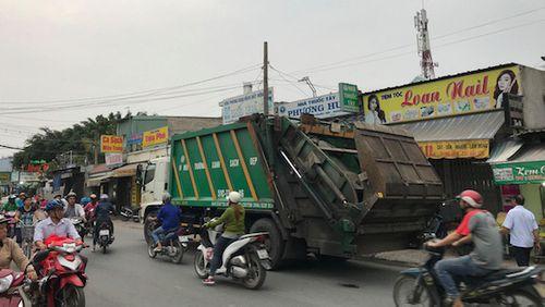 Tin tai nạn giao thông mới nhất ngày 16/1/2019: Va chạm với xe chở rác, 2 thanh niên tử vong - Ảnh 1
