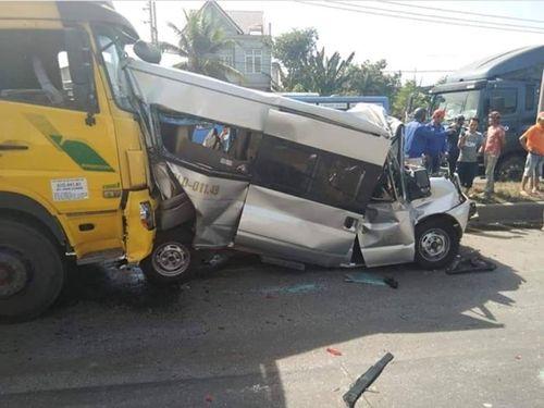 Tin tai nạn giao thông mới nhất ngày 19/1/2019: Bé trai bị container cán qua hai chân khi mẹ chở đi học - Ảnh 3