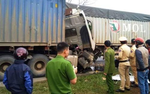 Tin tai nạn giao thông mới nhất ngày 20/1/2019: Xe máy chở 3 va chạm container, 2 người chết - Ảnh 2
