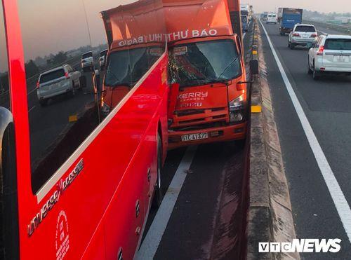 Tin tai nạn giao thông mới nhất ngày 20/1/2019: Xe máy chở 3 va chạm container, 2 người chết - Ảnh 3