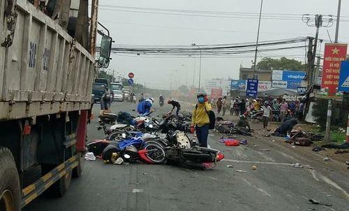 Hiện trường thảm khốc vụ tai nạn kinh hoàng ở Long An, xe container tông 18 xe máy, nhiều người chết - Ảnh 1