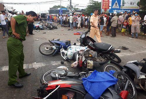 Hiện trường thảm khốc vụ tai nạn kinh hoàng ở Long An, xe container tông 18 xe máy, nhiều người chết - Ảnh 4