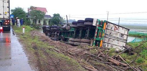 Tin tai nạn giao thông mới nhất ngày 3/1/2019: Taxi tông xe máy, 3 thanh niên tử vong - Ảnh 1