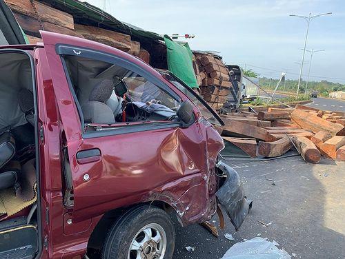 Tin tai nạn giao thông mới nhất ngày 24/1/2019: Thi thể 2 thanh niên bị cháy sau khi xe máy đối đầu ôtô khách - Ảnh 2