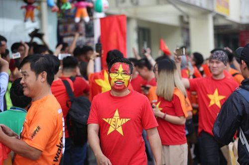 """""""Đại chiến"""" Việt Nam vs Nhật Bản: Cổ động viên """"nhuộm đỏ"""" SVĐ Al Maktoum - Ảnh 4"""