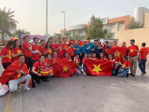 """""""Đại chiến"""" Việt Nam vs Nhật Bản: Cổ động viên """"nhuộm đỏ"""" SVĐ Al Maktoum - Ảnh 5"""