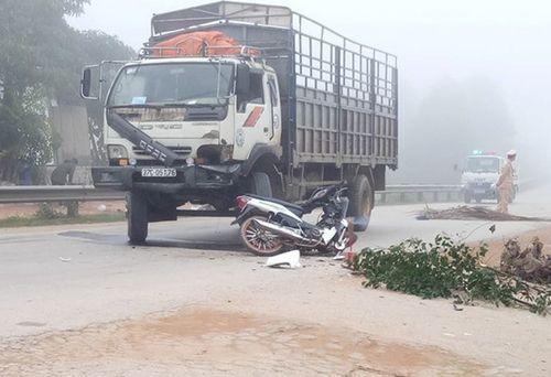 Tin tai nạn giao thông mới nhất ngày 28/1/2019: Hai vợ chồng bị xe tải tông trúng, văng xuống mương nước - Ảnh 1