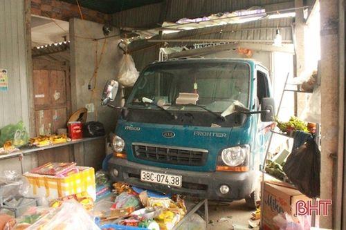 Tin tai nạn giao thông mới nhất ngày 28/1/2019: Hai vợ chồng bị xe tải tông trúng, văng xuống mương nước - Ảnh 2