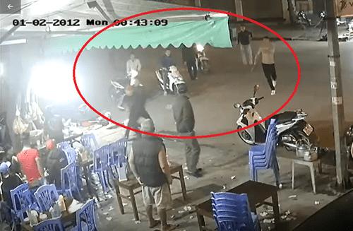 Video: Rùng mình cảnh hàng chục côn đồ cầm dao, kiếm truy sát 2 thanh niên trong đêm - Ảnh 1