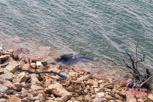 Hà Tĩnh: Phát hiện thi thể đang phân hủy nổi trên hồ - Ảnh 1