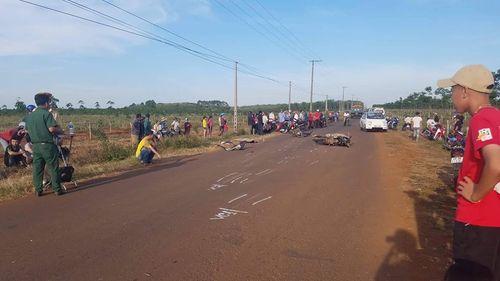 Tin tai nạn giao thông mới nhất ngày 31/1/2019: Ngã ra đường sau va chạm, 2 tài xế xe máy bị ô tô tông chết - Ảnh 1