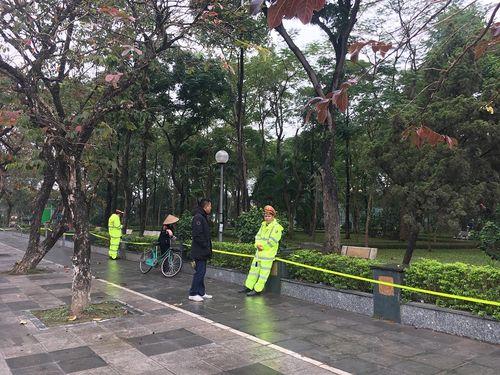 Hà Nội: Phát hiện thi thể người phụ nữ trẻ tuổi, chỉ mặc áo khoác trong vườn hoa - Ảnh 1