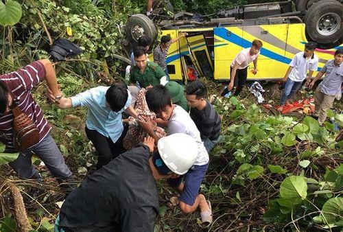 Vụ xe khách lao xuống vực đèo Hải Vân: Ướp đá cánh tay đứt lìa của nữ sinh chở thẳng đến bệnh viện - Ảnh 1