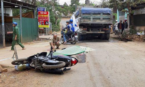 Tin tai nạn giao thông mới nhất ngày 18/2/2019: Ô tô 4 chỗ đấu đầu dính chặt vào xe ben, 2 người chết - Ảnh 2