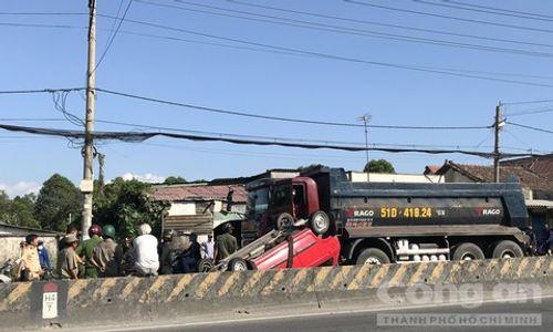 Tin tai nạn giao thông mới nhất ngày 19/2/2019: Ô tô khách tông xe máy, ông tử vong, cháu bị thương - Ảnh 2