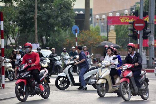 Ngày Tết, CSGT Hà Nội ra đường nhắc người dân đội mũ bảo hiểm - Ảnh 12