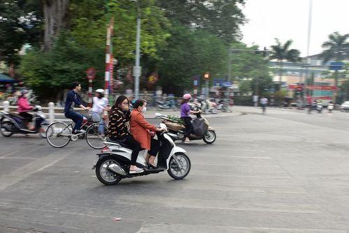 Ngày Tết, CSGT Hà Nội ra đường nhắc người dân đội mũ bảo hiểm - Ảnh 3