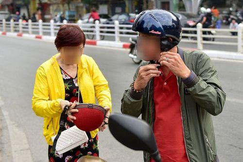 Ngày Tết, CSGT Hà Nội ra đường nhắc người dân đội mũ bảo hiểm - Ảnh 6