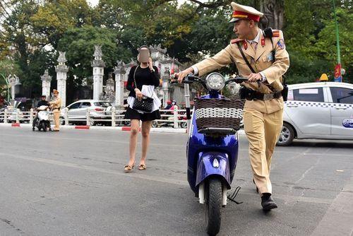 Ngày Tết, CSGT Hà Nội ra đường nhắc người dân đội mũ bảo hiểm - Ảnh 8