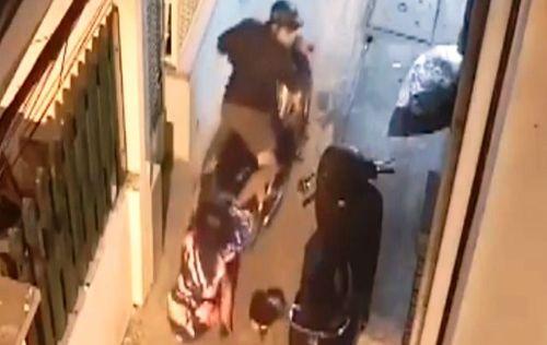 Vụ cướp đạp ngã, kéo lê cô gái: Bị vây bắt, nghi phạm dùng kéo tấn công cảnh sát hình sự - Ảnh 1