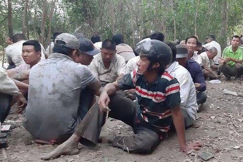 """Cảnh sát nổ súng phá trường gà """"khủng"""", hàng trăm người chen lấn nhau nhảy xuống sông - Ảnh 1"""