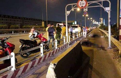Tông vào dải bê tông giữa cao tốc, thanh niên đi xe máy chết thảm - Ảnh 1