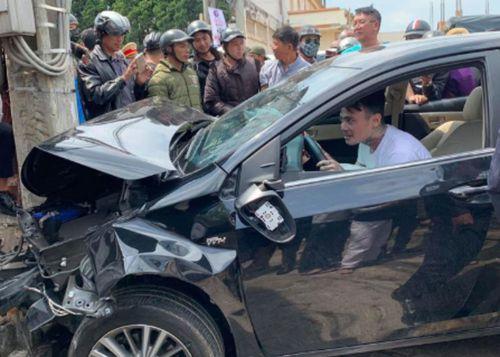 """Tin tai nạn giao thông mới nhất ngày 15/3/2019: Thanh niên nghi """"ngáo đá"""" tông xe liên hoàn - Ảnh 1"""