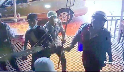 20 côn đồ đập phá quán cà phê, bà chủ kéo 4 con nhỏ chạy vào phòng ngủ chốt cửa cố thủ - Ảnh 1