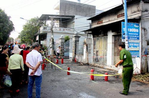Phát hiện 3 thi thể cháy đen trên gác xép sau hỏa hoạn ở tiệm sửa đồ điện tử - Ảnh 1
