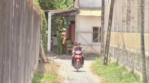Kinh hãi phát hiện thi thể người đàn ông lạ đang phân hủy sau nhà - Ảnh 1