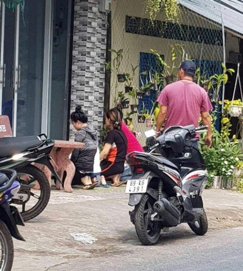 Vụ bé gái bị bỏ rơi: Nhóm người quỳ trước nhà nữ chủ tịch phường xin lại con - Ảnh 1