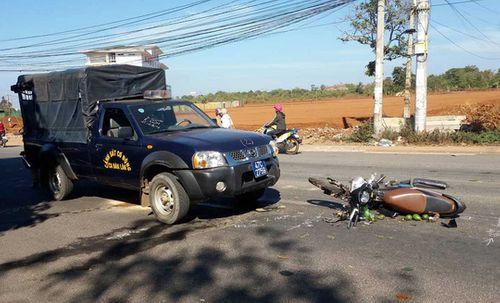 Tông vào ôtô cảnh sát cơ động, người phụ nữ đi xe máy nguy kịch - Ảnh 1