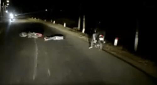 Video: Lái xe đêm, tài xế ôtô kinh hãi thấy người và xe máy nằm giữa đường - Ảnh 1