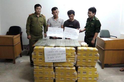 Bắt hai người nước ngoài vận chuyển 600.000 viên ma túy, 36 bánh heroin vào Việt Nam - Ảnh 1