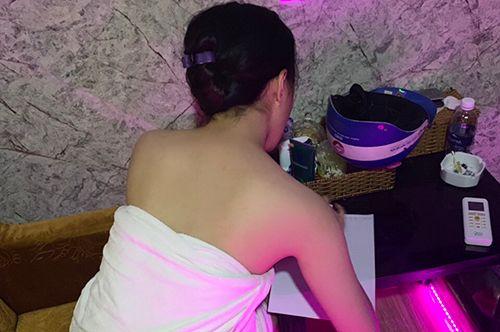 Bắt quả tang nữ nhân viên massage thoát y kích dục cho khách trong phòng VIP - Ảnh 1