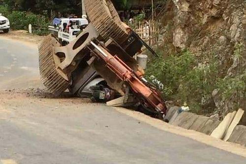 Hy hữu: Máy xúc bất ngờ văng khỏi thùng ôtô tải, đè chết người đi đường - Ảnh 1