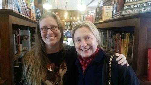 Gặp vợ chồng bà Hillary Clinton đi mua sách sau thất bại tranh cử - Ảnh 1