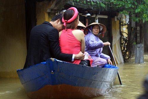 Ấn tượng với bộ ảnh cưới giữa cảnh mưa lũ ở Hội An của cặp đôi Sài Gòn - Ảnh 2