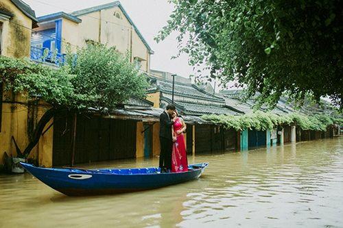 Ấn tượng với bộ ảnh cưới giữa cảnh mưa lũ ở Hội An của cặp đôi Sài Gòn - Ảnh 3